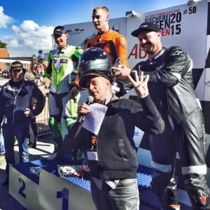 Schnellster Mann des Rennwochenendes: Julian Neumann (Mitte) mit Thilo und Moritz Günther und den Streckensprechern Ulf Staschel und Egon Müller (vierfacher Motorrad-Weltmeister)