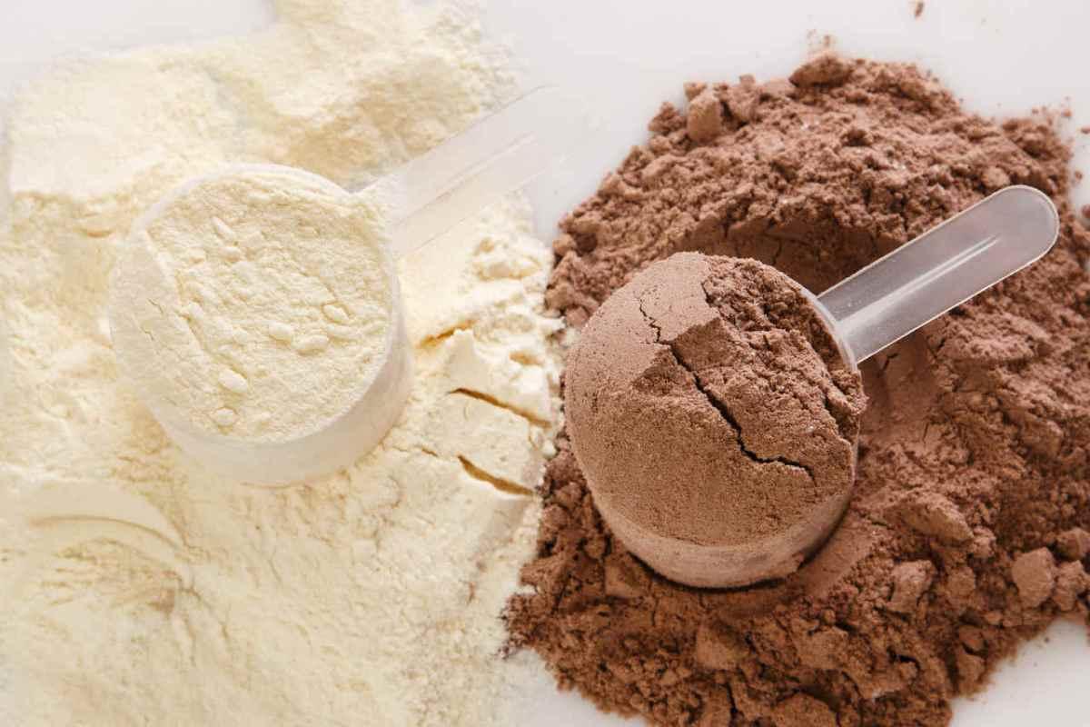 Białko kazeinowe vs białko serwatkowe - zalety i wady które powinny znać osoby trenujące
