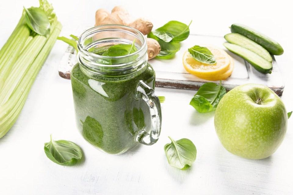 Zielony koktajl z zielonych warzyw z jabłkiem, selerem naciowym, szpinakiem