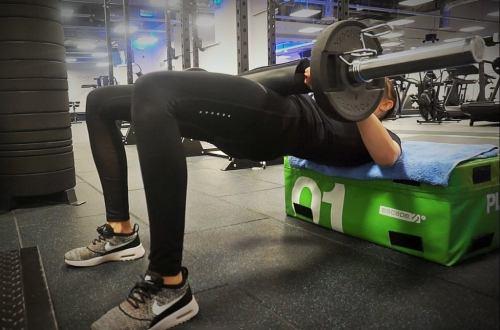 ćwiczenia na cellulit ud i pośladków hip thrust