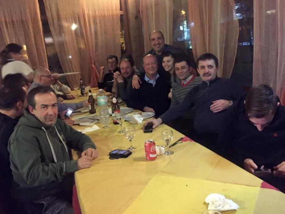 Cena in famiglia Santa Tecla Nulvi con Francesco Zentile (a sx) e l'ex tecnico MC Leod (il quinto a dx)