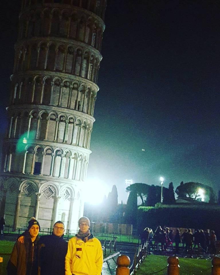 Foto ricordo sotto la torre pendente per la formazione di B1 della Libertas Sassari