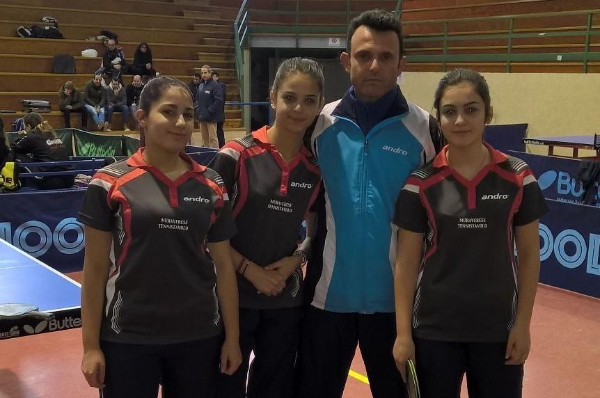 Il presidente della Muraverese Gianluca Mattana con le sue atlete di B femminile