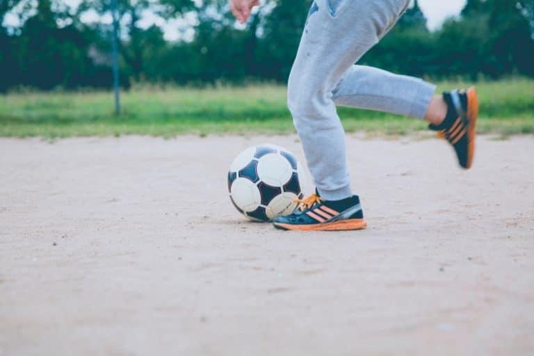 Person spielt Fußball