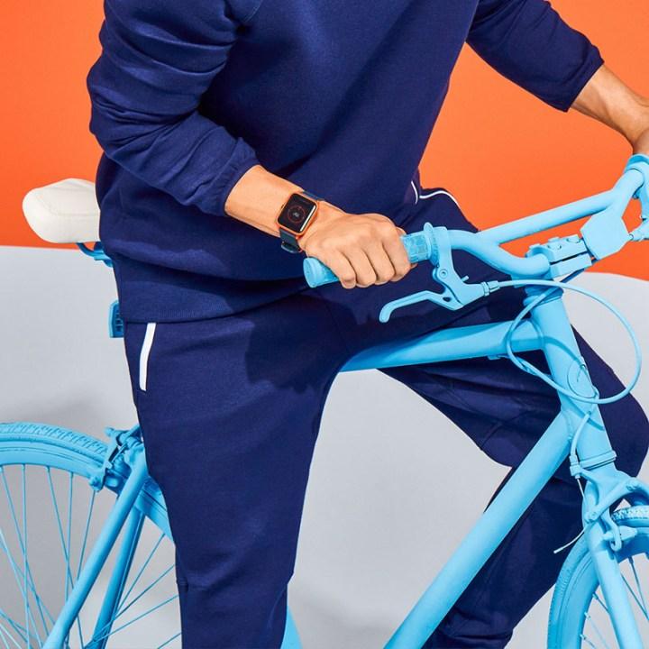 Amazfit Bip smartwatch met fiets