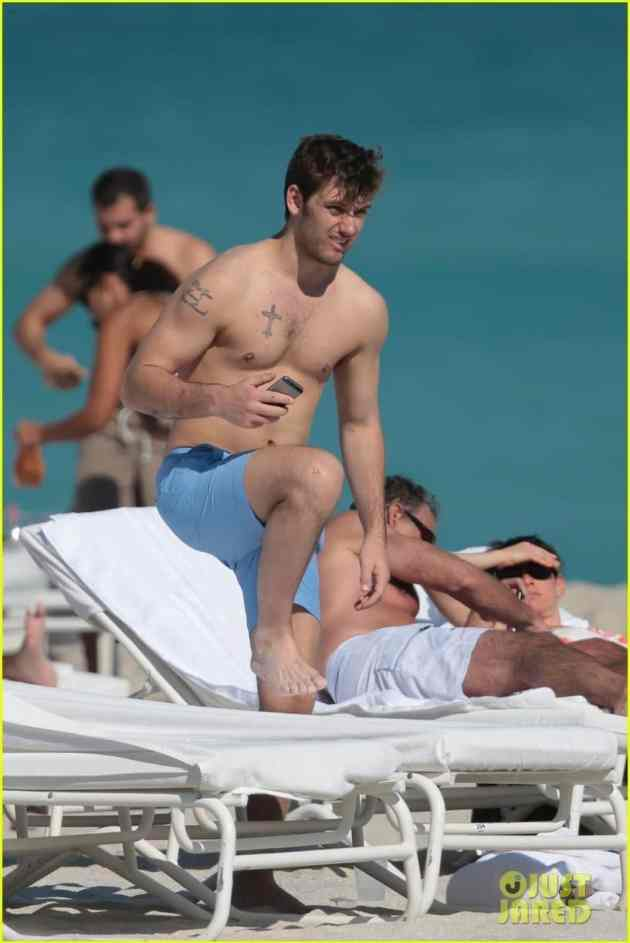 alex-pettyfer-goes-shirtless-sexy-for-miami-beach-day-09