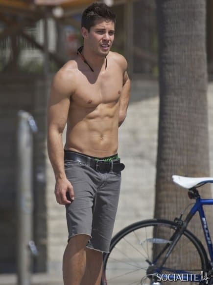 dean-geyer-shirtless-skateboarding-10042012-01-435x580