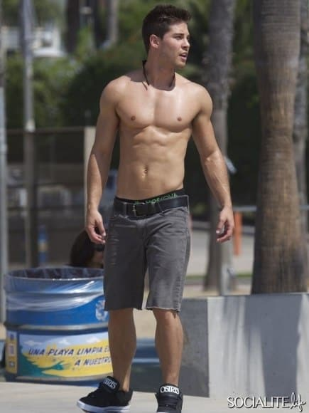 dean-geyer-shirtless-skateboarding-10042012-03-435x580