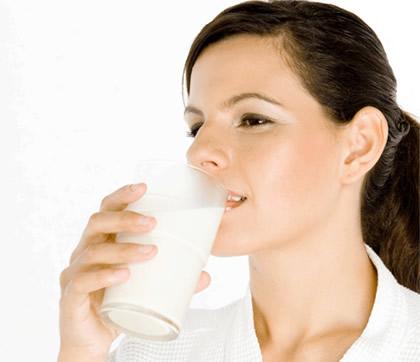 Žena pije jogurt
