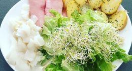 13h22 premier repas de la journée, je finis les restes de la raclette d'hier soir Patate froide, salade et graines germés, jambon et flétan pour les protéines… Bon weekend les amis ! Mon travail : @fitnessmith