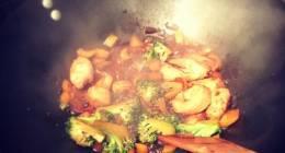 Wok pour moi ce soir ! Brocolis, oignon, poulet, poivrons , sauce soja sucrée rallongé à l'eau  et graisse de coco ?