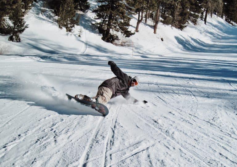 Hombre con tabla de snowboard