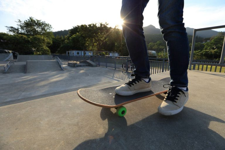 Chico haciendo skateboarding