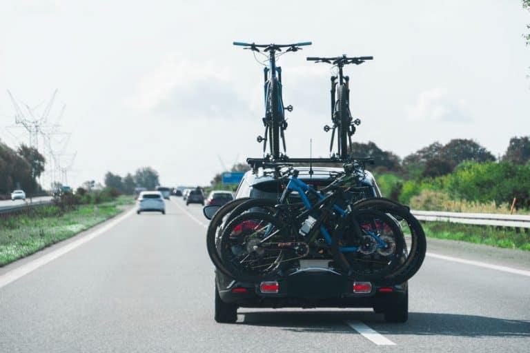 Auto con cuatro bicicletas en portabiciletas
