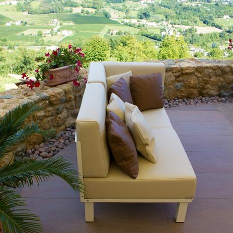 È inoltre possibile scegliere tra moderno, contemporaneo divano bianco giardino. Arredamento Da Giardino Di Design Arredamento Da Giardino Online Fivestarsitaly