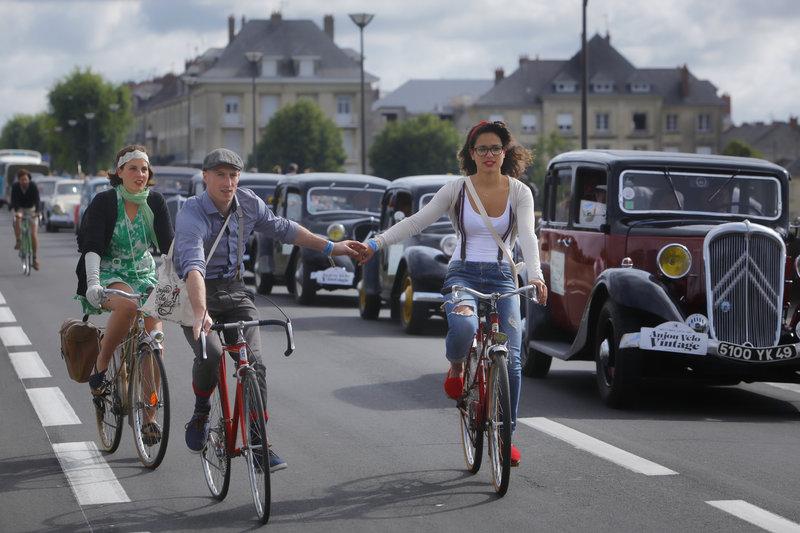 Cyclistes et voitures pour l'Anjour Vélo Vintage 2014