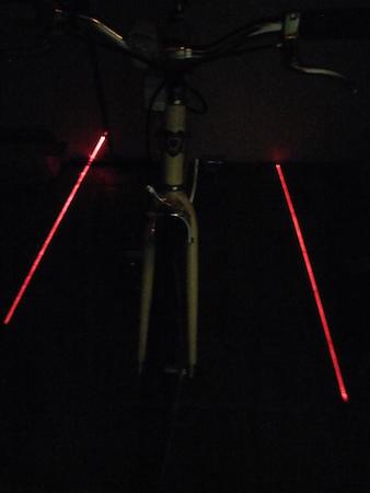 Lampe arrière piste cyclable en test de face