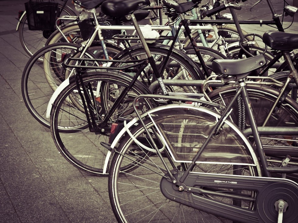 Vélo marqué avec un antivol en ville