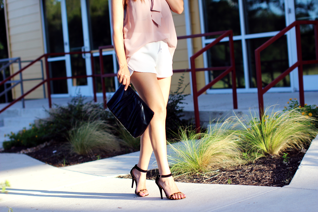 WHITE-SHORTS-ATHLETIC-NEUTRALS-GLAM-STYLIST-CLASSIC-SUMMER-STYLE-FIXIN-TO-THRILL-AUSTIN-FASHION-BLOG-TEXAS-8