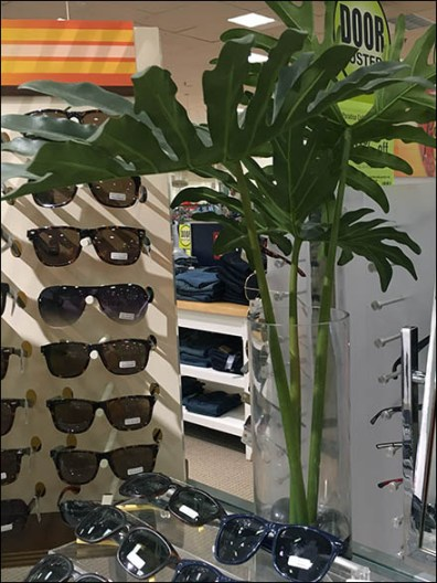 tommy-hilfiger-summer-somewhere-sunglass-display-3