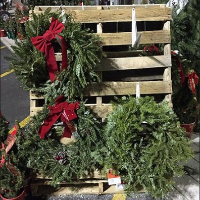 Do-It-Yourself Christmas Wreath Pallet Display
