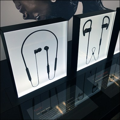 Beats-By-Dr.-Dre Backlit Earbud Display Feature