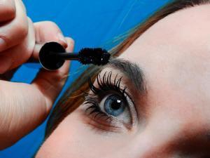 Frau testet Kosmetikprodukt