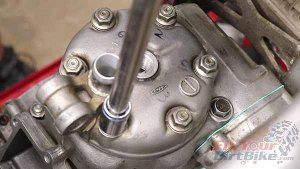 1997 - 2001 Honda CR250 - Top End Service - Part 13 - Cylinder Head Installation - Torque Mounting Nuts