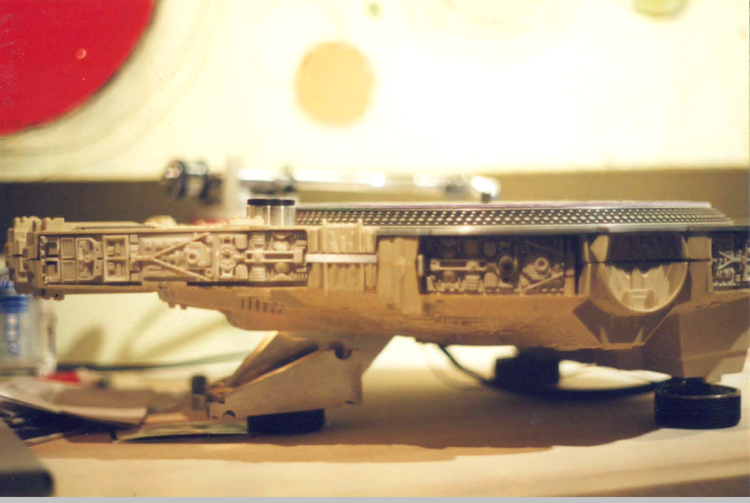 STAR WARS Millennium Falcon Transformed into Awesome Turntable (3)