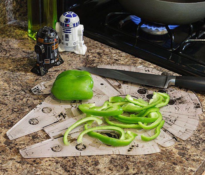 Star-Wars-Millennium-Falcon-Chopping-Board-01