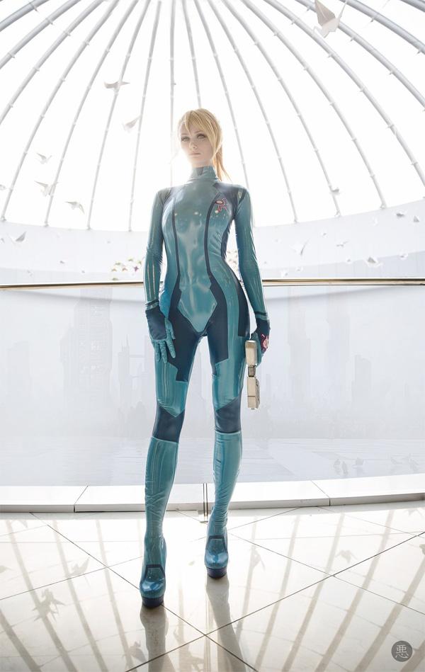 Cosplay of Samus from METROID in Her Zero Suit (1)