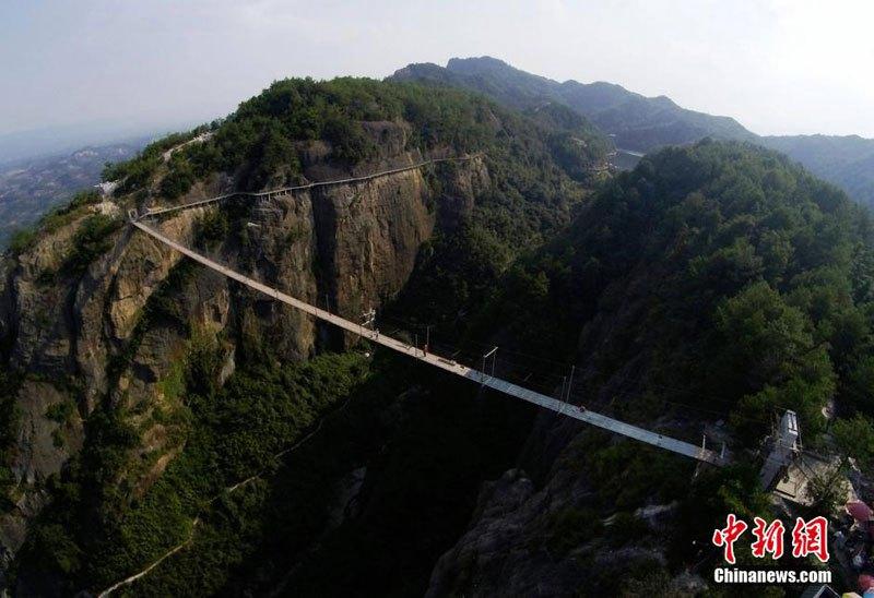 glass-suspension-bridge-shiniuzhai-national-geological-park-hunan-china-6