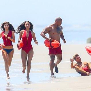 Zac-Efron-Falls-While-Running-Beach-Baywatch