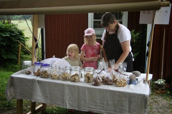 Marianne Kråkvilan serverar barn