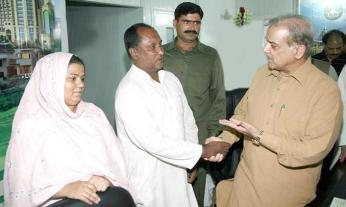 Shahbaz Sharif meets allottee of Ashiana Housing Lahore 1-7-2011