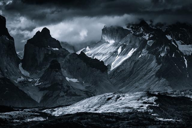 Montagnes monochromes par Jakub Polomski
