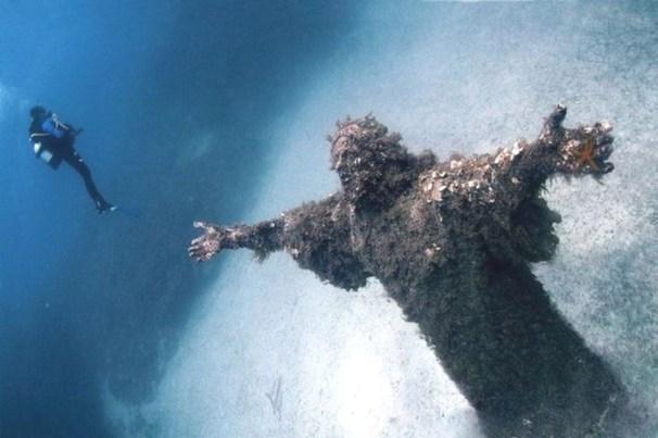 une sculpture du Christ à San Fruttuoso (Italie)