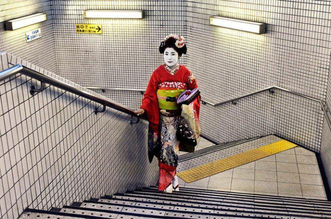 Une geisha dans le métro