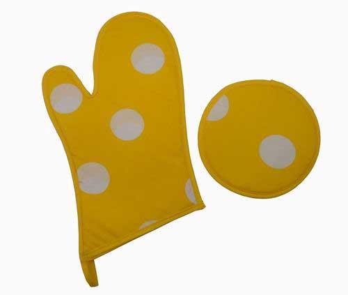 kitchen gloves retro tile backsplash manopla y agarrador en amarillo 厨房手套和垫子组 黄色