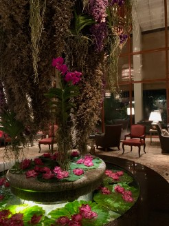 A famosa cascata de flores, trocadas a cada três meses