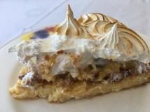 Pastel de queo mascarpone con crema y frutos del bosque y merengue