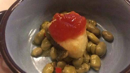 Bacalao con mermelada de tomate y habitas