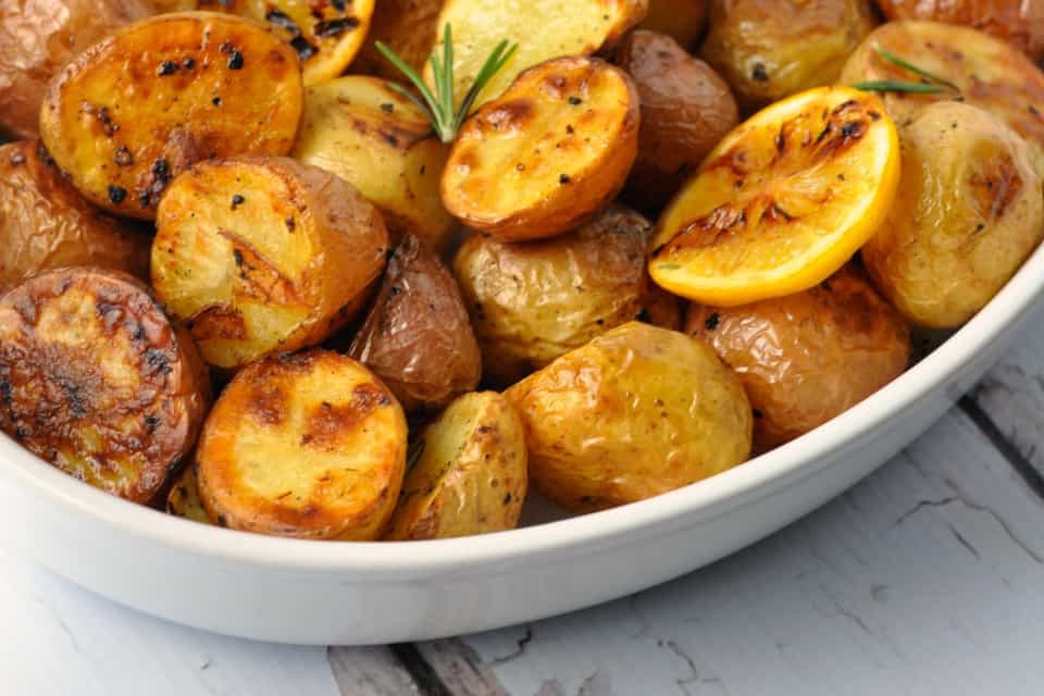 Crispy Lemon Oven-Roasted Potatoes. Comfort food! Quick and easy side. |www.flavourandasvour.com