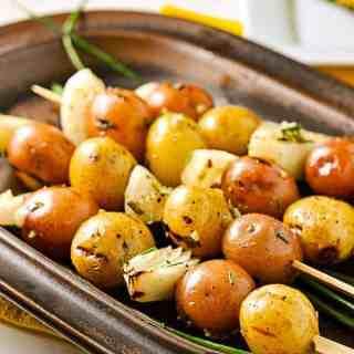 Grilled Lemon Garlic Potato Kabobs. Crispy skins, soft inside. Totally yum. |www.flavourandsavour.com