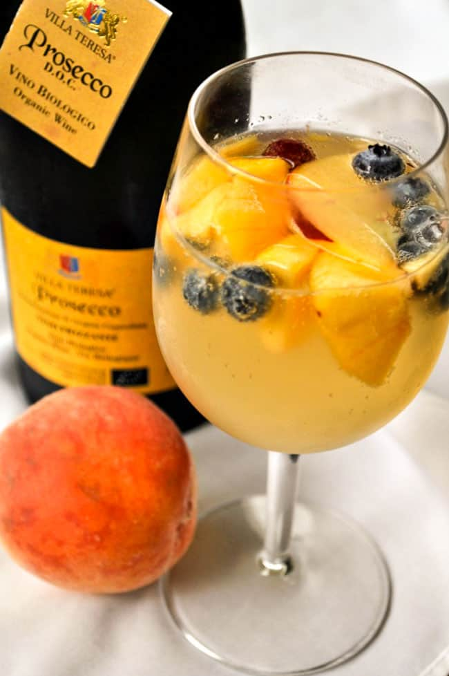 The Best (and easiest) Peach Sangria |www.flavourandsavour.com