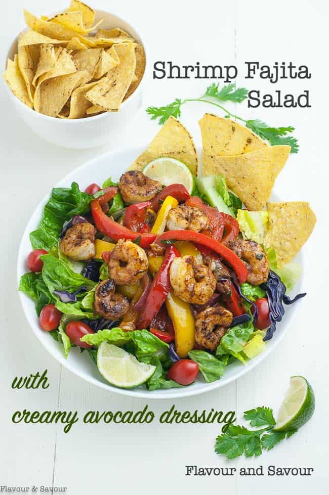 Loaded with spicy shrimp, sautéed onions and peppers and served on a bed of crisp salad greens, this colourful Tex-Mex Shrimp Fajita Salad is a crowd-pleaser! #Mexican_salad #shrimp_salad #fajita_salad #peppers #onions #shrimp #fajita #tex-mex