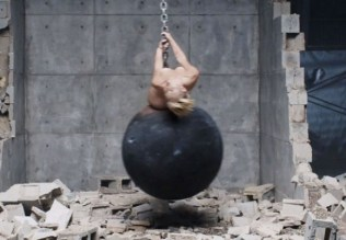 miley-cyrus-naked-wrecking-ball-music-video-0909-50-580x435