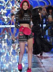 fashion-show-runway-2015-pink-usa-yumi-look-4-victorias-secret