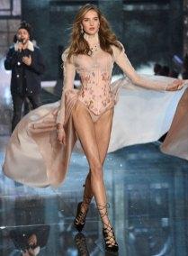 fashion-show-runway-2015-portrait-of-an-angel-sanne-look-4-victorias-secret