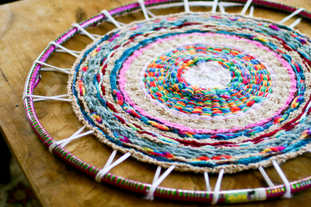 woven finger knitting hula hoop rug diy flax twine. Black Bedroom Furniture Sets. Home Design Ideas